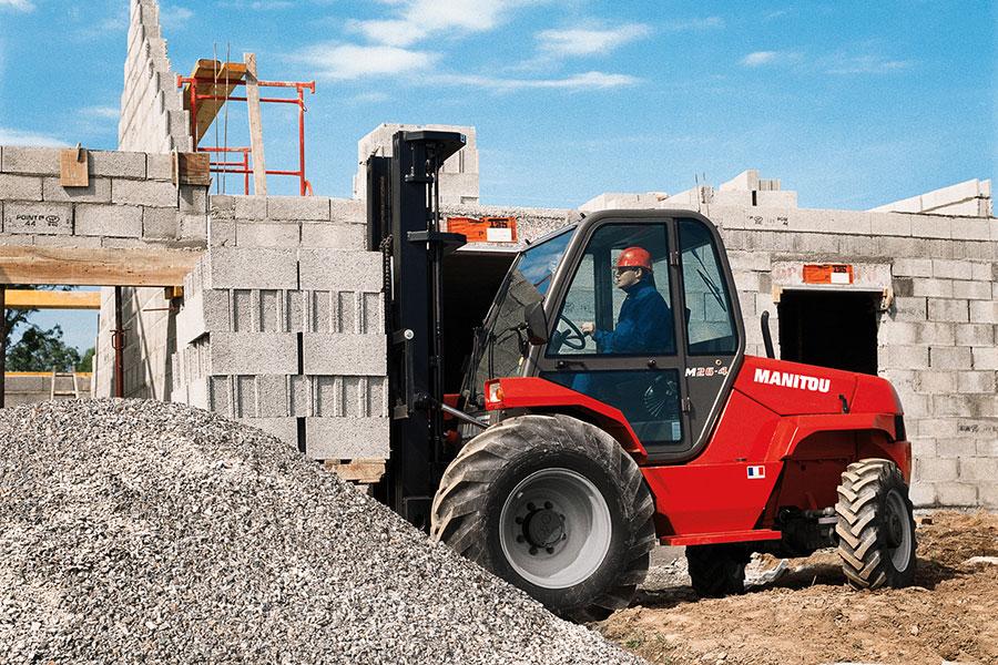 wózek widłowy terenowy na budowach