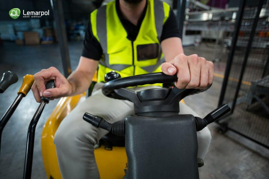 Jak prawidłowo obsługiwać wózek widłowy?